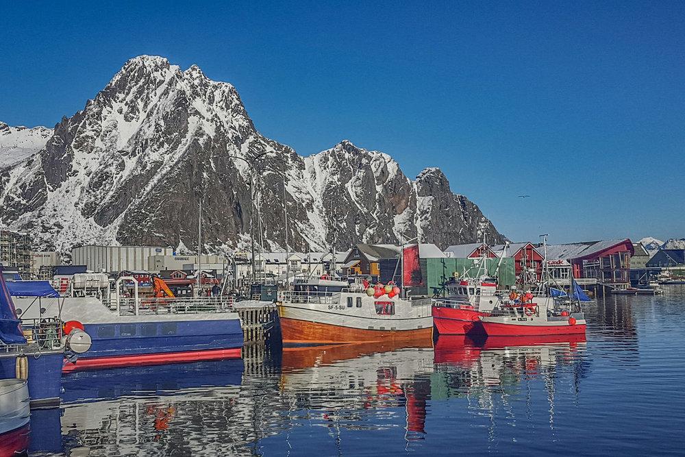 Maandag 3 maart - Lofoten - Vandaag verplaatsen we ons van het eiland Senja naar de Lofoten. We genieten van het fantastisch mooie landschap, bezoeken vissersdorpjes en maken korte wandelingen. Na het avondeten gaan we opnieuw op zoek naar noorderlicht.Overnachting: comfortabele accommodatie op de Lofoten