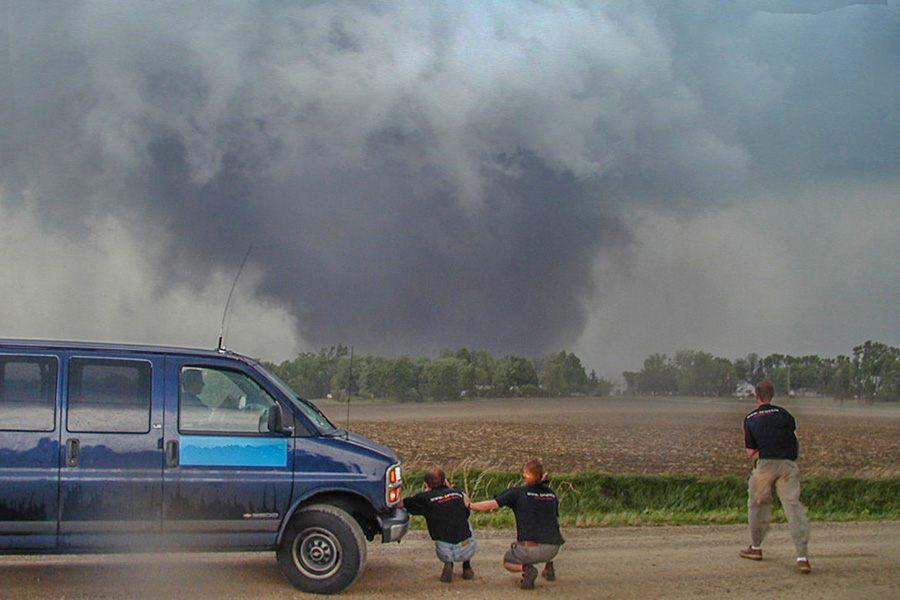F4 in Iowa - 'close encounter' - We kwamen heel dichtbij de Waterloo tornado van 11 mei 2000. Op minder dan 1 kilometer afstand doorstonden we (gemeten) windsnelheden tot meer dan 140 km/uur. Rondom de kern van de tornado kwamen windsnelheden voor tot 350 km/uur.