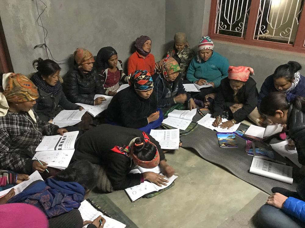 Mut und Grösse beweisen diese Frauen in Yangri – obwohl die Erstklässler ihnen voraus sind, stellen sie sich der Herausforderung und lernen lesen und schreiben
