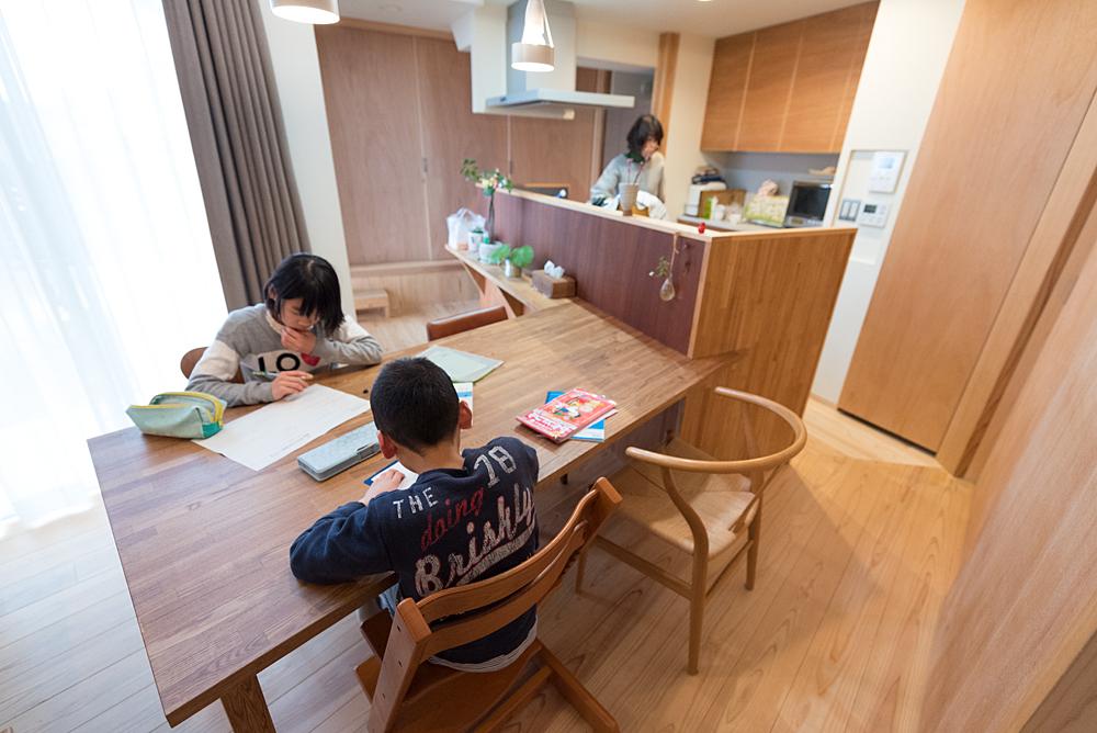 お子さまの学習は、主にリビングのダイニングテーブルで。
