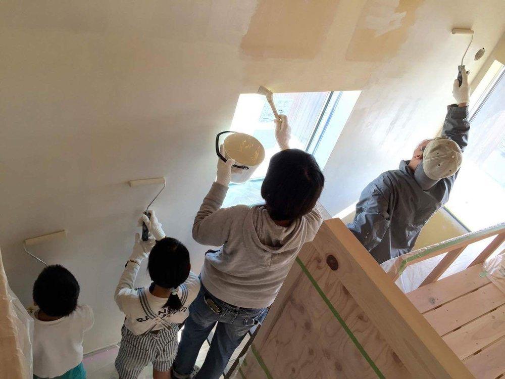 「子ども部屋の壁を自分たちに塗らせました。口には出さないですが、しんどいし楽しくなかったでしょうね(笑)。心に刻まれたことと思います。」