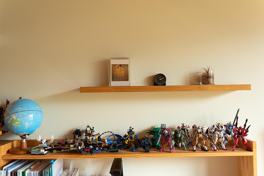 旦那様がDIYされたというリビングの棚には、お子様のフィギュアやプラモデルが。