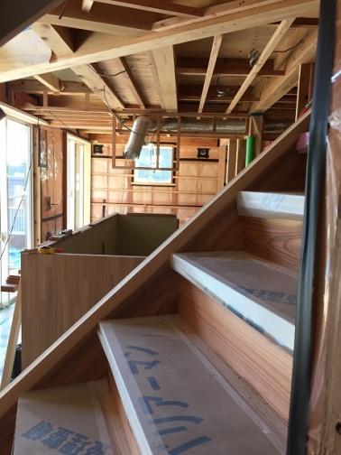 階段越しのキッチン
