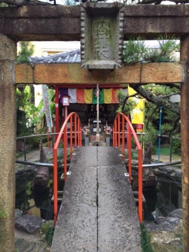 路地の先にあるお寺
