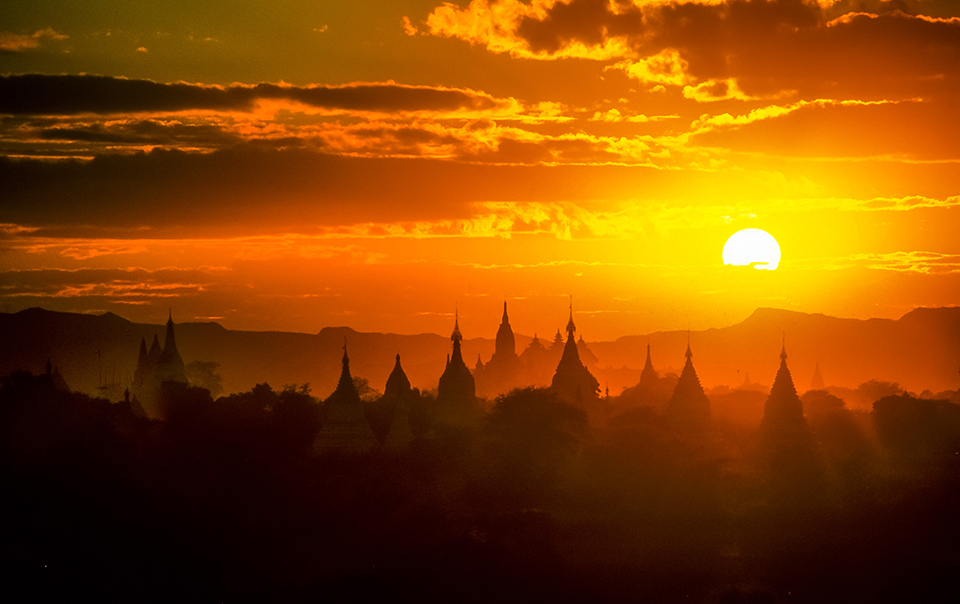Sun setting over Bagan temples, Bagan, Burma 1998 (LC).jpg