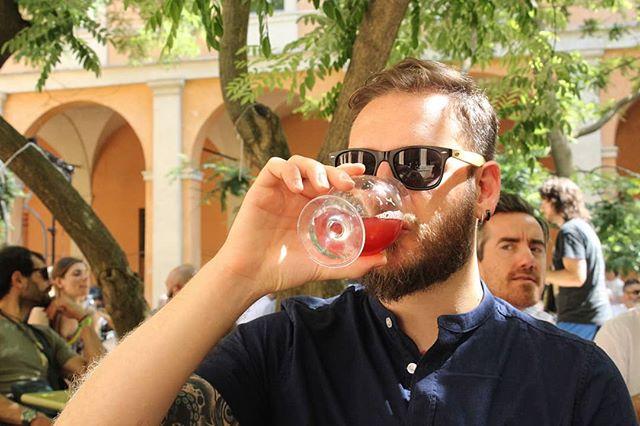 Ogni tanto bisogna uscire dal birrificio! Davide è stato qualche tempo fa ad un bellissimo festival (birrario ovviamente) e si è scofanato (ovvero: bevuto con grande appagamento e gioia 😁) delle birre strepitose! 🍻 È sempre bello e costruttivo andare in giro a conoscere birrai, scoprire le loro storie, e bere buone birre.  E voi? Avete qualche appuntamento birrario in programma? . . . #drinkingbeer #brewer #drinkcraft #beeroftheweek #beeroftheday #instabeer #sour #brewmasterschoice #bevilafacile #brewmasterschoiceipa#brewmasterschoiceamericanale