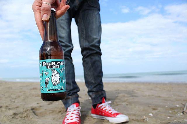 🏝 Anche voi come Davide preferite il mare d'inverno? In spiaggia oggi ci siamo solo noi e un paio di gabbiani scorbutici 🦅a  goderci una pausa pranzo soleggiata, con la #brewmasterschoice #ipa ovviamente! 🍻🍕 . . . #brewmasterschoiceipa #brewmasterschoiceamericanale #indiapaleale #birra #birraitaliana #pausapranzo #italianbeer #beeroftheday #beeroftheweek