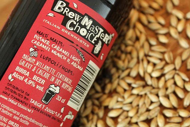 Una manciata di malto profumato, e la lista dei malti che usiamo. Li abbiamo inseriti in bella vista sul retro etichetta della #brewmasterschoiceamericanale 🌾 Sapete che quel bell'aroma di biscotto e caramello lo dobbiamo proprio a mix di questi malti d'orzo speciali? 🍞🥐🍯🍪 . . . #brewmasterschoice #malt #barley #hops #italianbeer #label #birra #birraitaliana #italianfood #drinklocal #ipa #apa #hoppy #barleymalt #beer #beers #beertography #beerstagram #instabeer #drinkbeer #beerporn #beeroftheday #beerus #fanaticbeer #foodie
