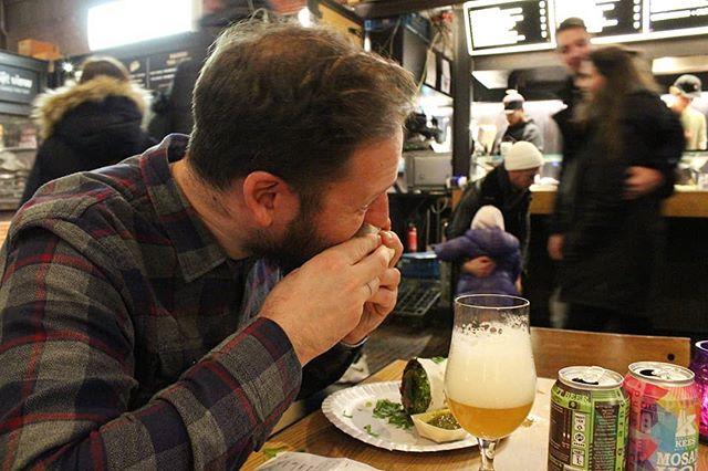 ✈Ogni tanto lo mandiamo in ferie. 😁 La destinazione poco conta, l'importante è trovare il posto giusto per  mangiare burritos.  E bere buone birre, certamente. Ma prima i burritos eh! 🌯 Qui Davide è palesemente indaffarato al mercato coperto di Amsterdam, il Foodhallen, dove ha provato un sacco di roba deliziosa 😅 compresi questo veg burrito. . . . #brewer #brewmasterschoice #brew #instabeer #beertography #brewmasterschoiceipa #brewmasterschoiceamericanale #ipa #beerstagram #instabeer #eating #foodie #foody #burritos #hungry #beer #beers #beerlover #goodbeer #drinkcraft #craftbeer #craftbeerlife #craftbeerlover #craftbeergeek #beer🍻