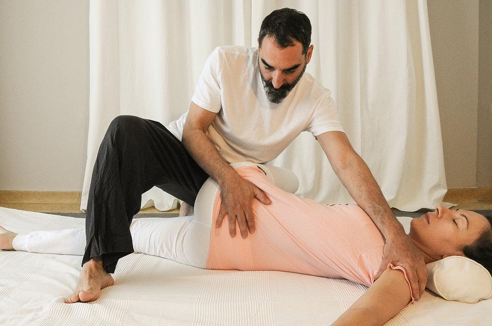 Thai yoga massage - Η παραδοσιακή Ταϊλανδέζικη Μάλαξη χρησιμοποιεί την εφαρμογή ρυθμικής πίεσης σε συγκεκριμένα σημεία του σώματος, την διάταση των μυών και τον χειρισμό των αρθρώσεων, με αποτέλεσμα να ελευθερωθούν τα μπλοκαρίσματα και να αποκατασταθεί η φυσική ροή της ενέργειας.