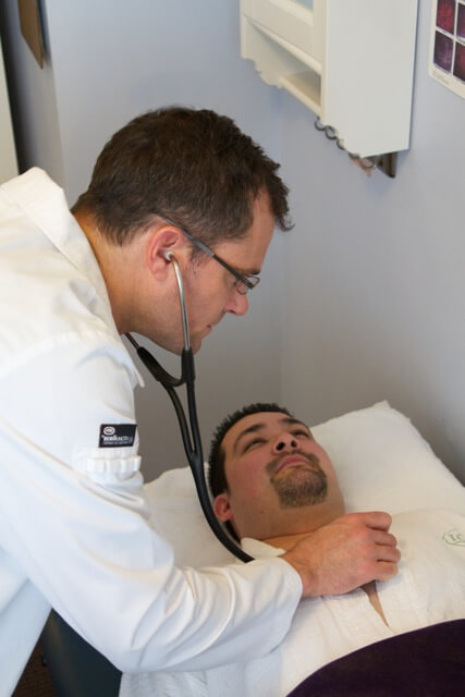 photo-doctor-checking-patient.jpg