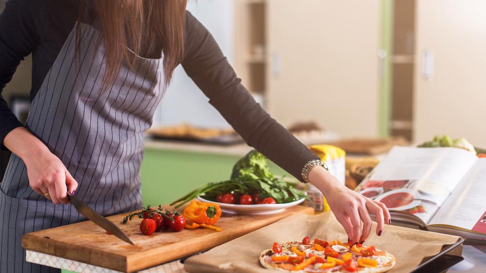 7.Ετοιμάστε φαγητό και δειπνήστε στο σπίτι -
