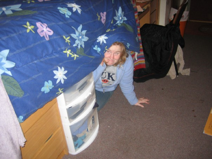 Sarah quite literally hiding from decisions in 2006