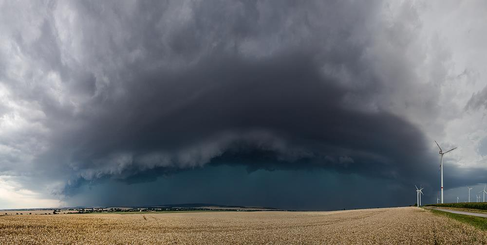 A bow echo with damaging straight-line winds reaching central thuringia/germany on August 6, 2013
