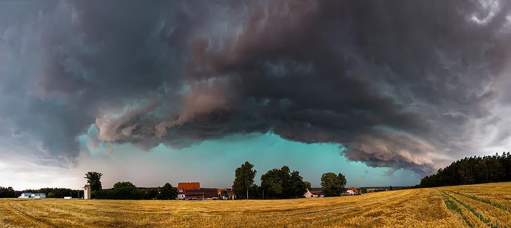 On August 4, 2013 a trailing stratiform MCS moved hundreds of kilometers from Switzerland, southern Germany into Czechia. We achieved this MCS near Amberg in eastern Bavaria with some strong wind gusts and heavy rain.