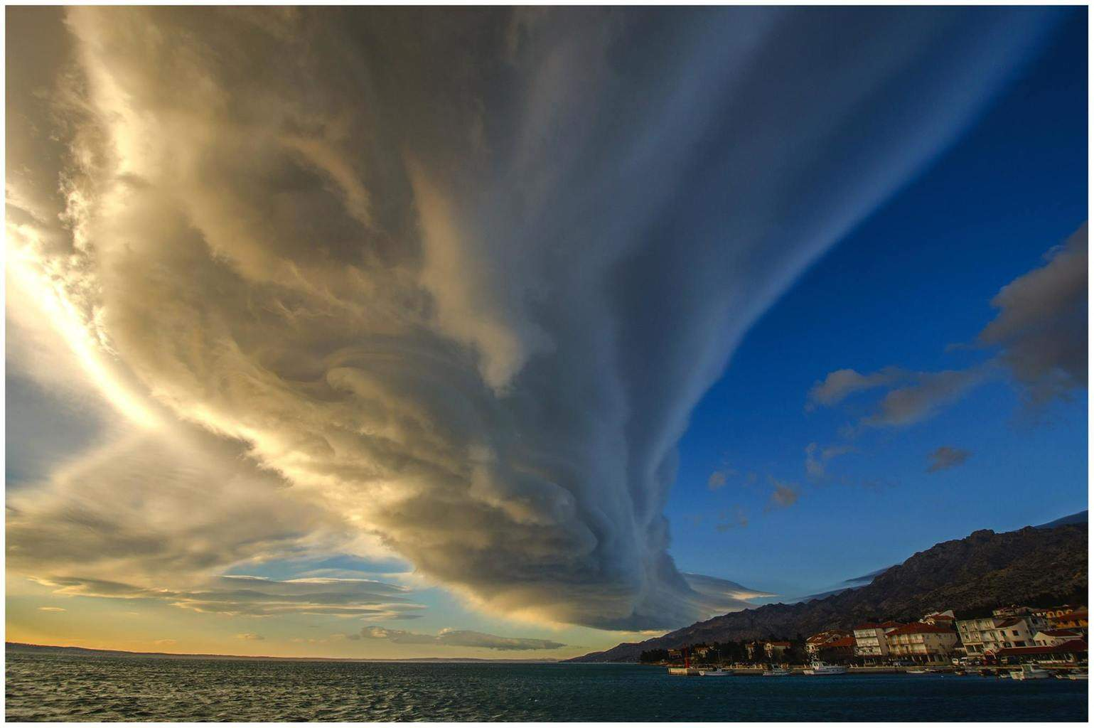 Lenticularis cloud over 100 km of its length ;  1.1.2015. Starigrad Paklenica(NP Paklenica) photo: Elvis Malagic (Pula,Croatia) enjoy of beauty