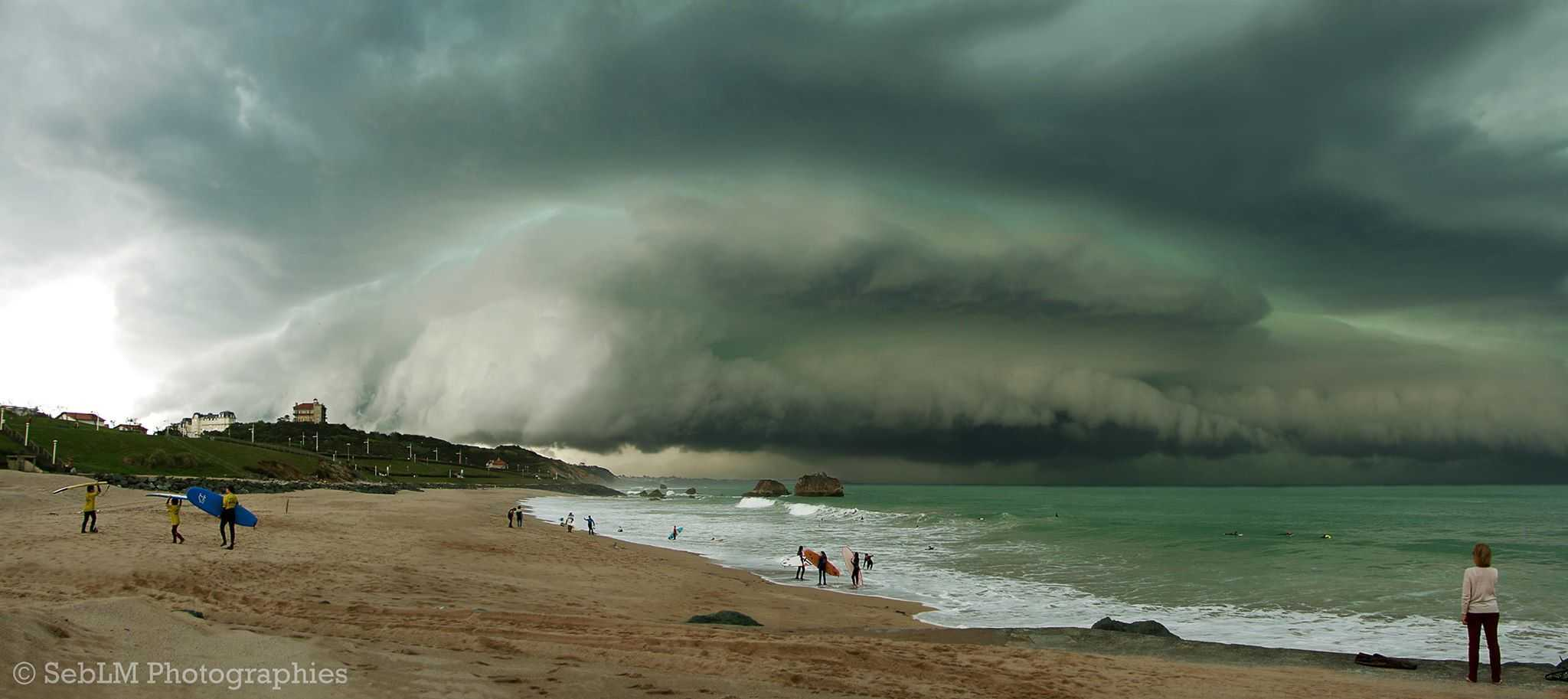 Epic shelfcloud structure rolls over Basque Country Coast yesterday. Very impressive accumulation of hail was observed below. 04.18.15, Biarritz, SW France