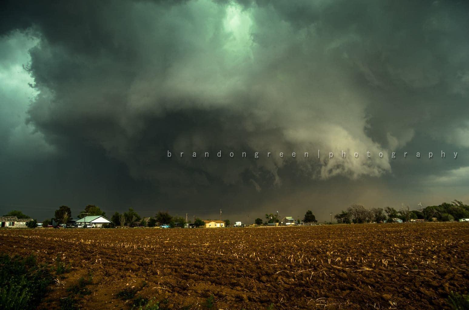 Tornado warned spinning beast over Hereford, TX 04-22-15