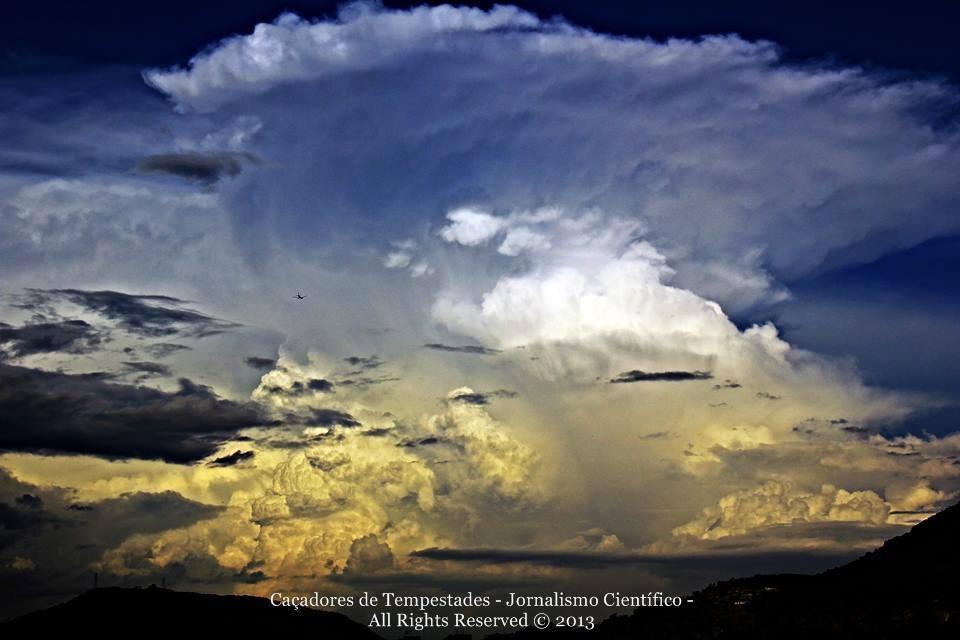 La formación de un super cumulonimbus con características de células súper en Río de Janeiro, Brasil en 2013!