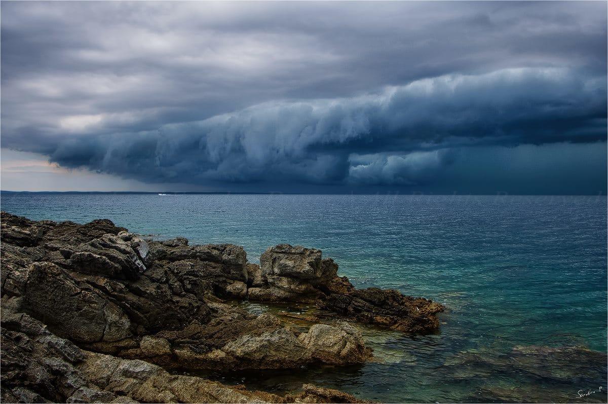 Arrival of a large shelf cloud.. 16.8.2015. Lošinj / Croatia