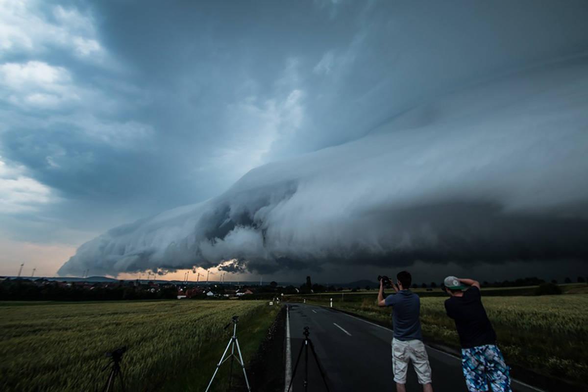 Huge shelfcloud over Istha, Germany on July 5, 2015