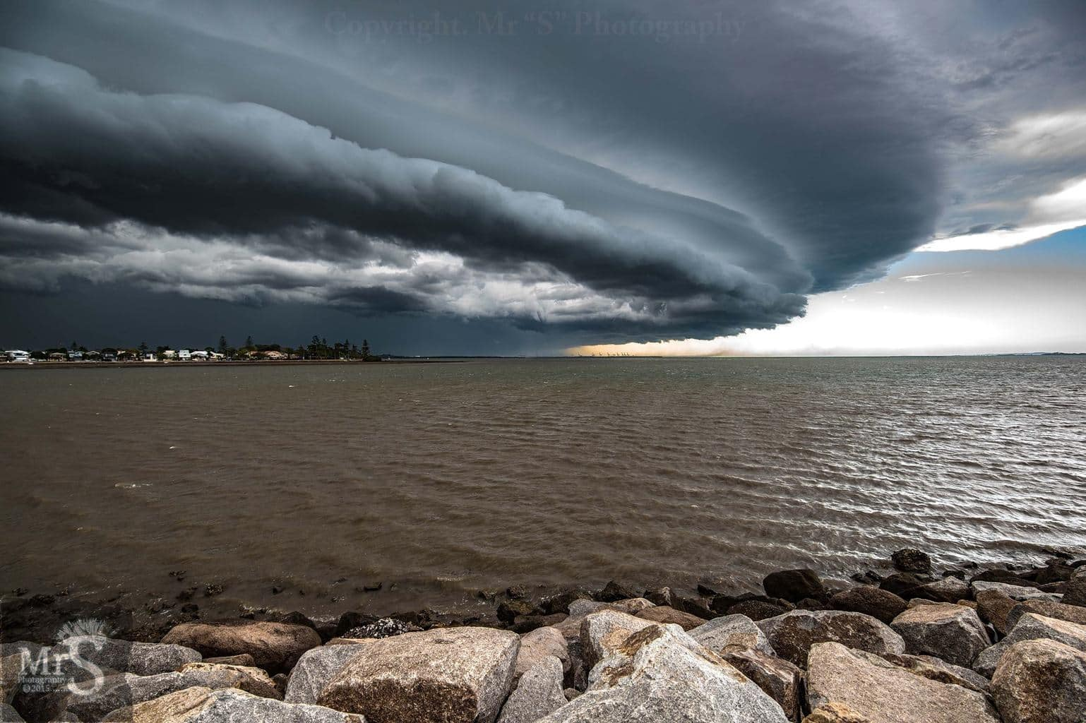 Under the Dome. A massive shelf approaches Manly Queensland on the 29th Sept 2015. The outflow was just mind blowing and you could see it sending sea water into the air hundreds of meters. Will post crop showing the gust on the water in comments.