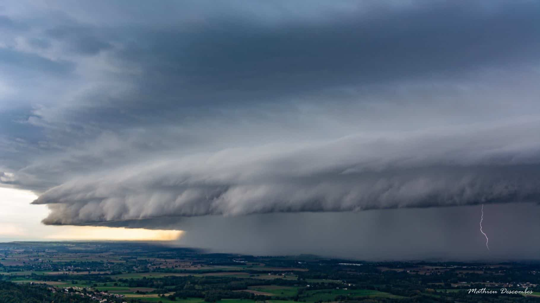 Huge Arcus ( storm ) in the late afternoon ..