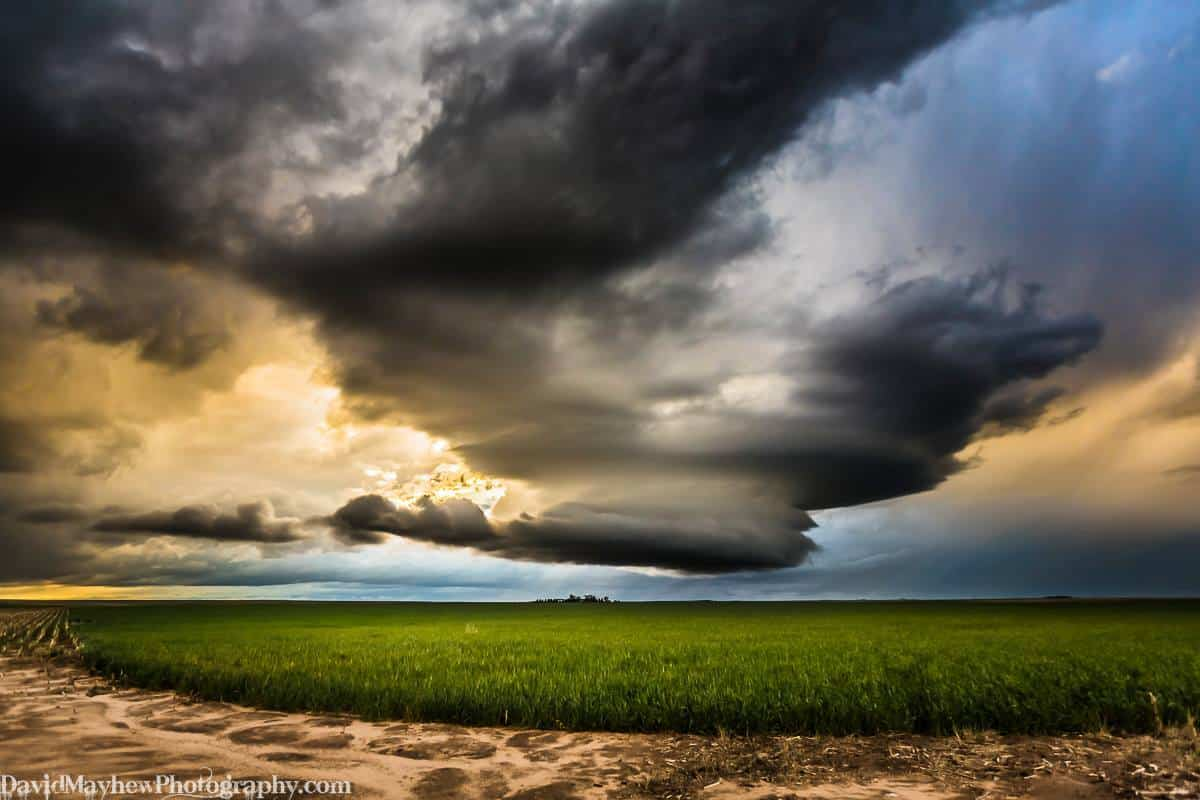 That's a wee lil farm under the meso on the horizon. May 22nd 2015 near Limon CO.