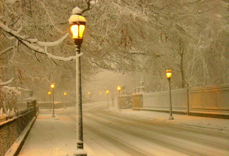 Dec. 26 2010  After Christmas #snowstorm  #NewportRI #BellevueAvenue — in Newport, Rhode Island.