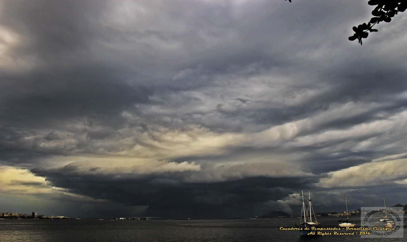 Boa noite Caçadores, um magnífica tempestade, e logo deu a cara, uma Super-Célula linda no RJ. Causando temporais muito forte com rajadas de vendo superior a 100 km, descargas elétricas e granizo!