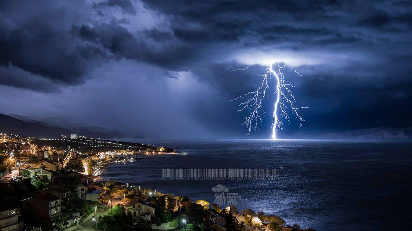 Thunderstorms last night ⚡⚡⚡The city seems small