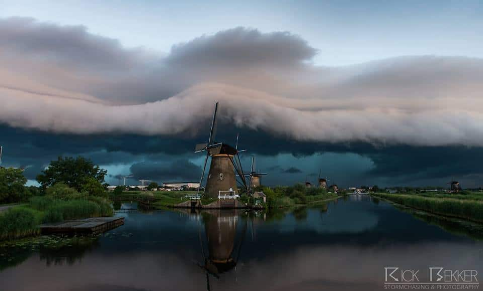 truly amazing shelfcloud near my village this morning, just insane!