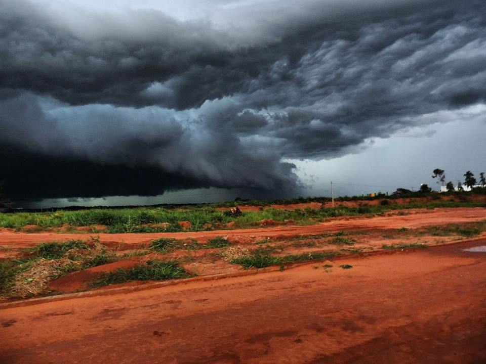 Gust Front approaching Paranavaí, Paraná, Brazil. December 23, 2016.