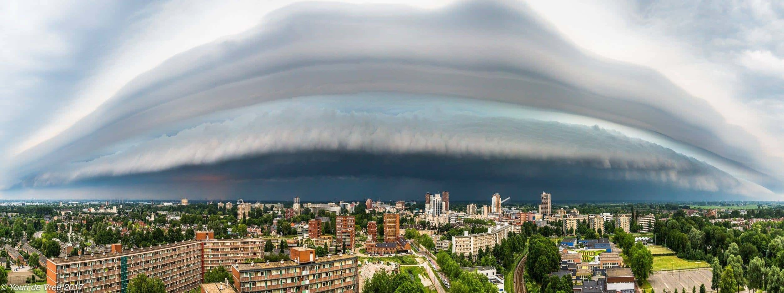 Incoming shelfcloud above Zoetermeer, the Netherlands. May 29th 2017