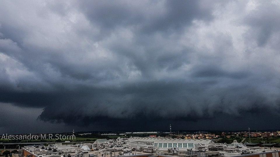 Shelf Cloud at East of Rome 09 May 2018