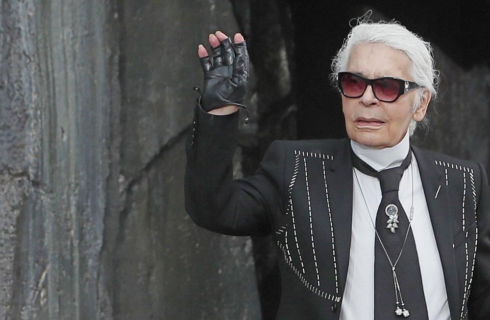 El diseñador alemán Karl Lagerfeld saluda tras la presentación de sus propuestas para la primavera/verano 2018 para la firma Chanel durante la Semana de la Moda de París (Francia).EFE/IAN LANGSDON