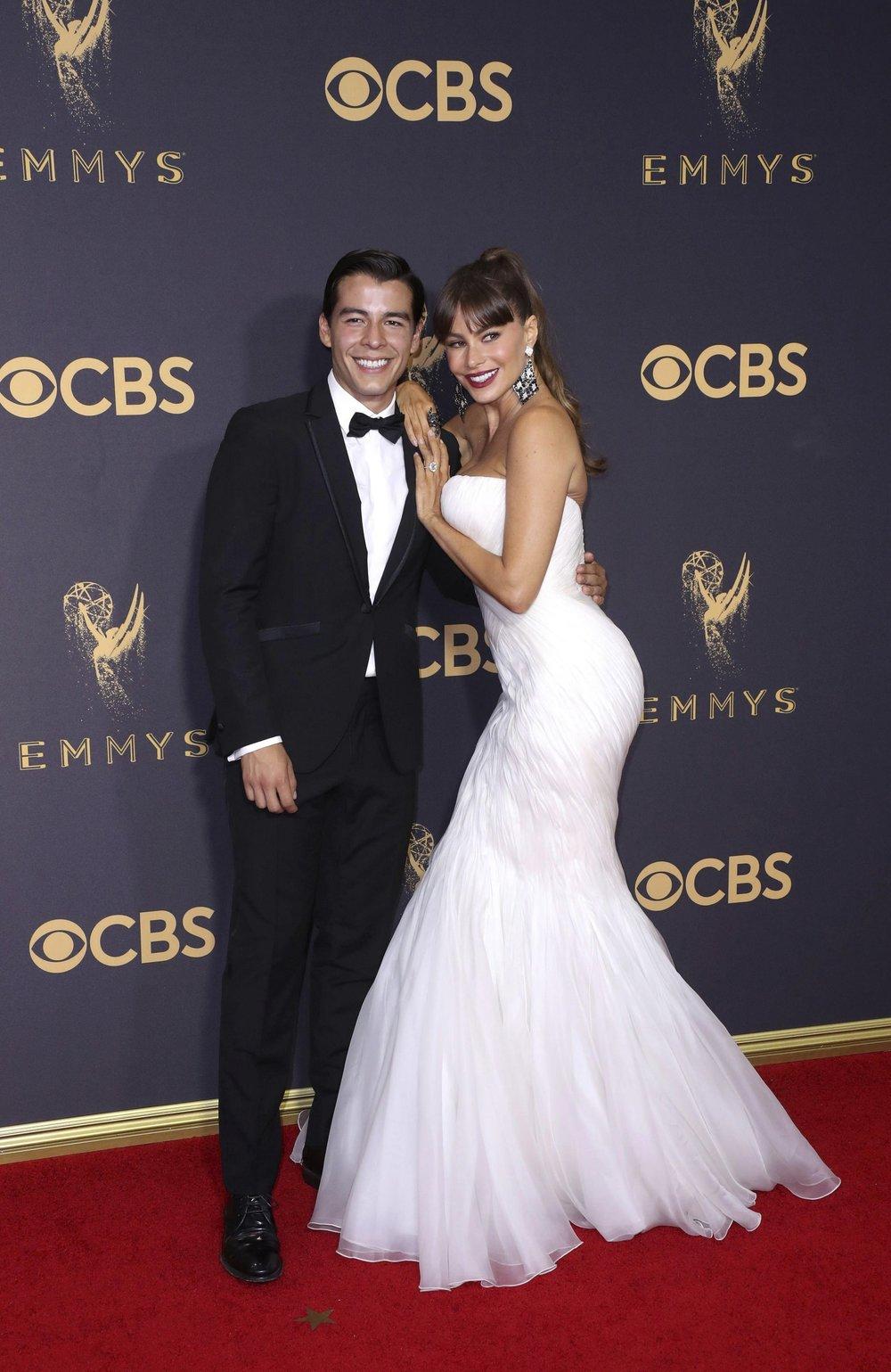 La actriz colombiana Sofía Vergara posa con su hijo Manolo González Vergara a su llegada a la 69 edición de los Emmy en el Teatro Microsoft de Los Ángeles, California (EE.UU), el 17 de septiembre de 2017.