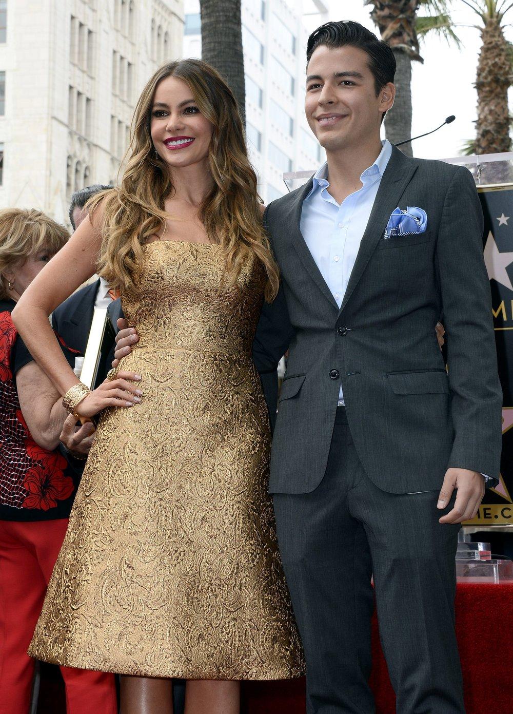 La actriz y su hijo posan durante la ceremonia en la que la primera recibió su estrella en el Paseo de la Fama en Hollywood, California (Estados Unidos).