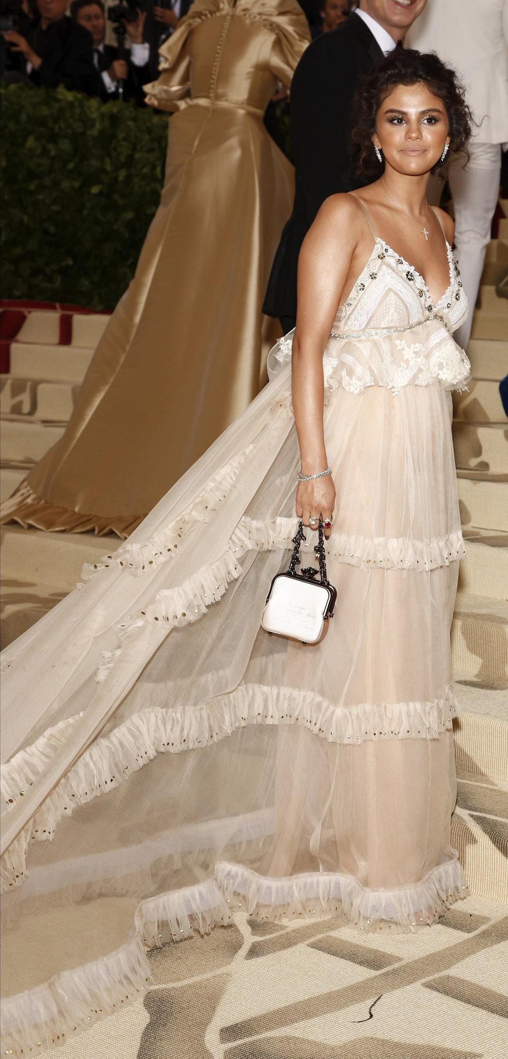 Selena Gomez llega a la alfombra roja del Costume Institute Gala. Foto Justin Lane