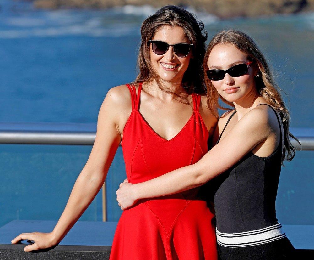 Las actrices Lily-Rose Melody Depp (izquierda) y Laetitia Casta (derecha). Foto: Javier Etxezarreta