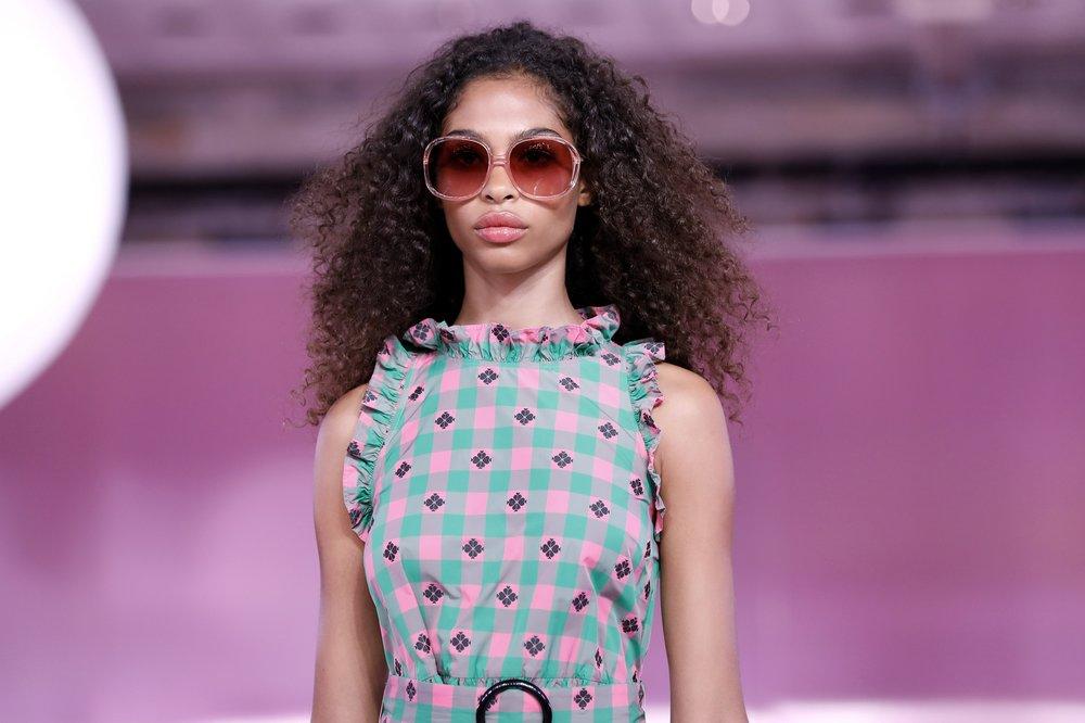 Modelo con gafas de sol en versión XXL durante el desfile de Kate Spade. FOTO: PETER FOLEY