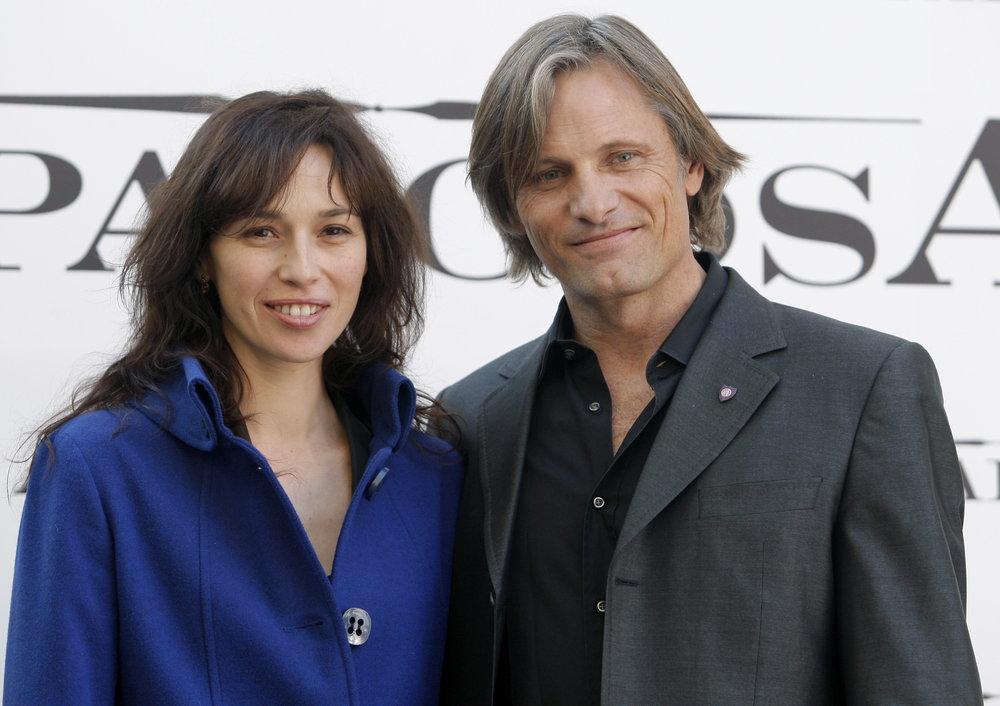 Los actores Viggo Mortensen y Ariadna Gil, viven un largo romance. EFE/Angel Díaz
