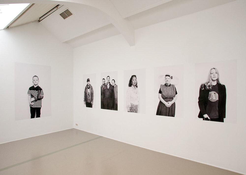 Overzicht expositie ruimte Vleeshal van fotografie serie 'Zeeuwen op Wit'.