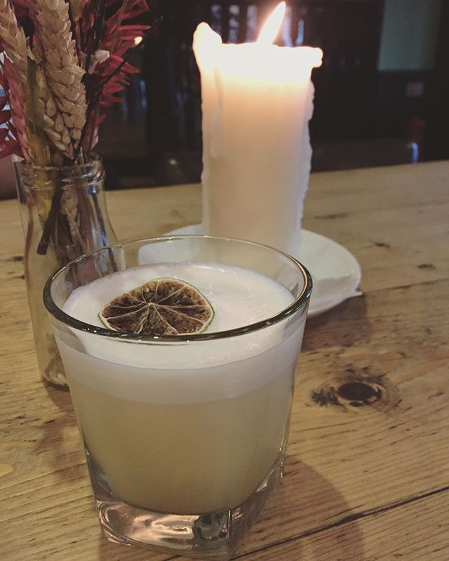 The Dog and Monkey • Blended Scotch Whisky, vanilla, lemon, egg white and strawberry dust • First Scottish cocktail is a smashing success . . . #scotland #scotch #scotland_insta #scotchwhisky #whisky #cocktail #cocktails #hamiltons #edinburgh