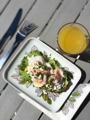 ÄGGSMÖRGÅS I CAFÉET.
