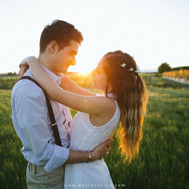 | Stai pensando di fare le fotografie di coppia nel tragitto chiesa-ricevimento? |  Io te lo sconsiglio. Perché non godersi la giornata e attendere di farsi avvolgere da una luce più calda e morbida?  Fammi sapere cosa ne pensi!  Davide