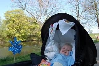 Designbøf  Det er meget mærkeligt.    Går man sig en tur rundt om søerne i København, eller for den sags skyld et andet sted hvor man render ind i en kontinuerlig strøm af barnevogne, vil man kunne observere en designbøf som jeg længe har undret mig over.       For 10-12 år siden begyndte folk at klemmeklipse hvide bleer på deres barnevogne, tilsyneladende som værn mod solen i deres afkoms små runde kryddere. Man har angiveligt klaret sig uden op til ca. år 2000, men derefter er det blevet en standard der nærmest ikke er til at komme uden om. Hvad gjorde man før? Hvordan har jeg for eksempel overlevet mine første mange måneder i en Oddervogn   uden   en sådan hvid klemmefastspændt ble som parasol? Og hvorfor går barnevognsfabrikanter sig ikke en tur om søerne lørdag formiddag og får en idé til et design der imødekommer dette tilsyneladende universelle behov? Som udenforstående undres man.        (Foto: http://www.leifeltbastholm.com )