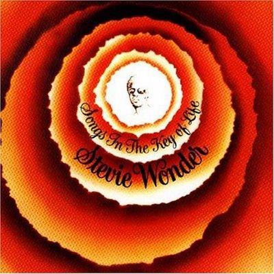 Min alle tiders album top 10 #4  Få albums har jeg hørt så meget som jeg har hørt dette. Det blev udgivet 8 måneder før jeg blev født og har ikke været en del af mine forældres pladesamling. Faktisk havde og har de intet Stevie Wonder. Noget der egentlig undrer mig, nu jeg tænker over det.   På Friskolen havde musikken i mange år trukket mig længere og længere ind mod sig, og i 7. klasse joinede jeg mit første band, Pauseklovnene, som skulle blive startskudet til en årrække med funk og soul. Tower Of Power og Stevie var hovedleverandører til sætlisten og i mange år mente jeg mere eller mindre hårdnakket at kunne argumentere for at musik der ikke havde både hornsektion og formede sig som en eller anden afart af soul, funk, eller r'n'b, simpelthen ikke var musik. Noget forbandet vrøvl naturligvis, og senere er min musiksmag heldigvis udvidet noget så gevaldigt.    Men det ændrer ikke på at Songs In The Key Of Life gjorde, og stadig gør et kæmpe indtryk på mig. Sangskrivningen var fuldkommen original, og kompositionerne syntes og synes at indeholde livserfaring, ægthed og troværdighed i en grad jeg ikke før havde hørt og ikke siden er stødt på. Samtidig lægger pladen sig som rosinen i pølseenden af Wonders nærmest absurd produktive periode i 1970erne.  Et bemærkelsesværdigt faktum er også at Stevie, som på flere af sine plader, spiller trommer med en lethed og overbevisning der matches af de færreste sangskrivere og sangere, og at hans stemme i øvrigt sjældent har været optaget bedre. En stemme der er i en liga helt for sig selv. Jeg har aldrig hørt nogen synge halvt så godt som ham.    Faktum er vist at jeg ikke mener at en pladesamling er noget værd uden Songs In The Key Of Life. Den er simpelthen bedre end legenden om sig selv. Hele pladen (oprindeligt en dobbelt-LP) svinger, groover og gynger sig ind i hjertet, og rummer samtidig de mest inderligt velkomponerede melodier.