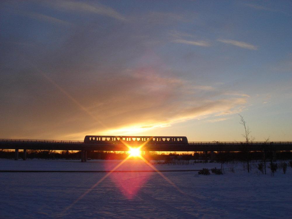 Metroen i solnedgangen i går                                                                       Jeg var så heldig at fange noget ægte sollys i går. Endorfinerne nærmest brusede frem i kroppen.Og Metroen passerede mig netop som den flugtede solens placering. Flot var det.