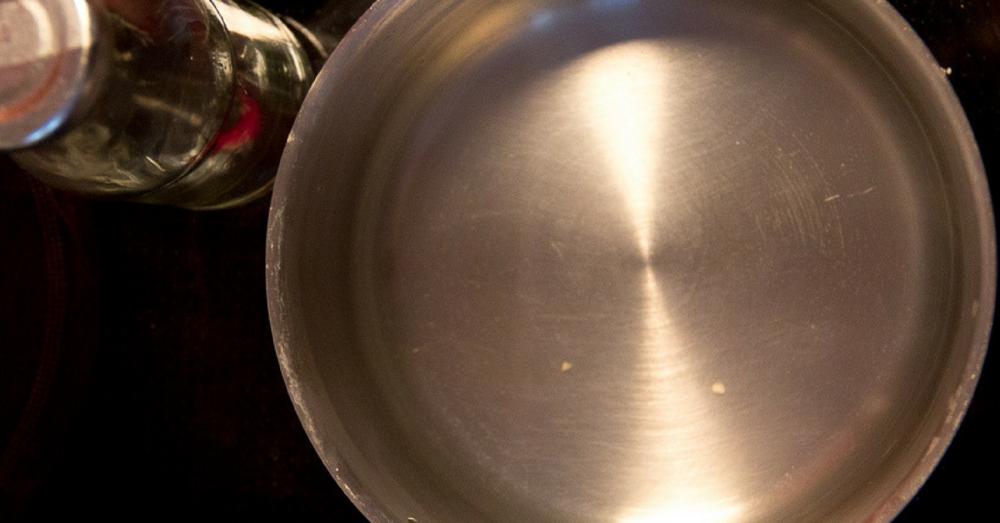 Wasser erhitzen für das vegane Porridge